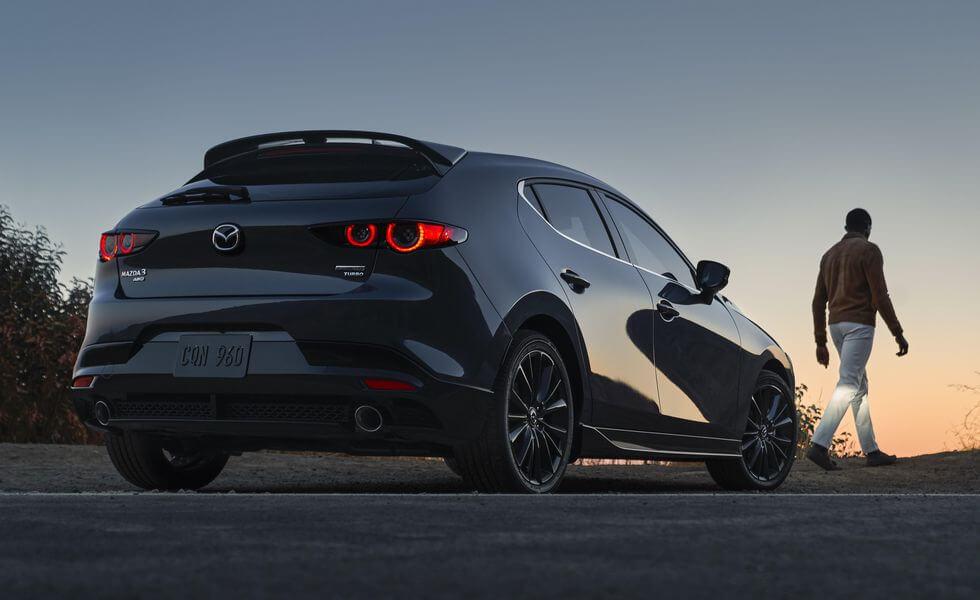 2021 Yeni Mazda3 sağ arka görünüm