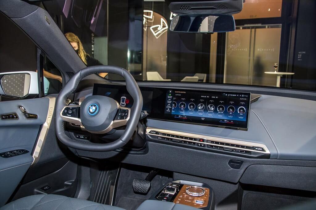 BMW iX'in En İyi 10 Özelliği kavisli ekran