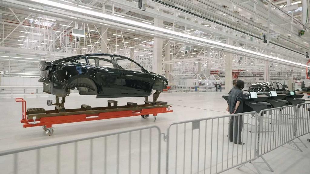 Tesla GigaBerlin Fabrikası araç gövdesi